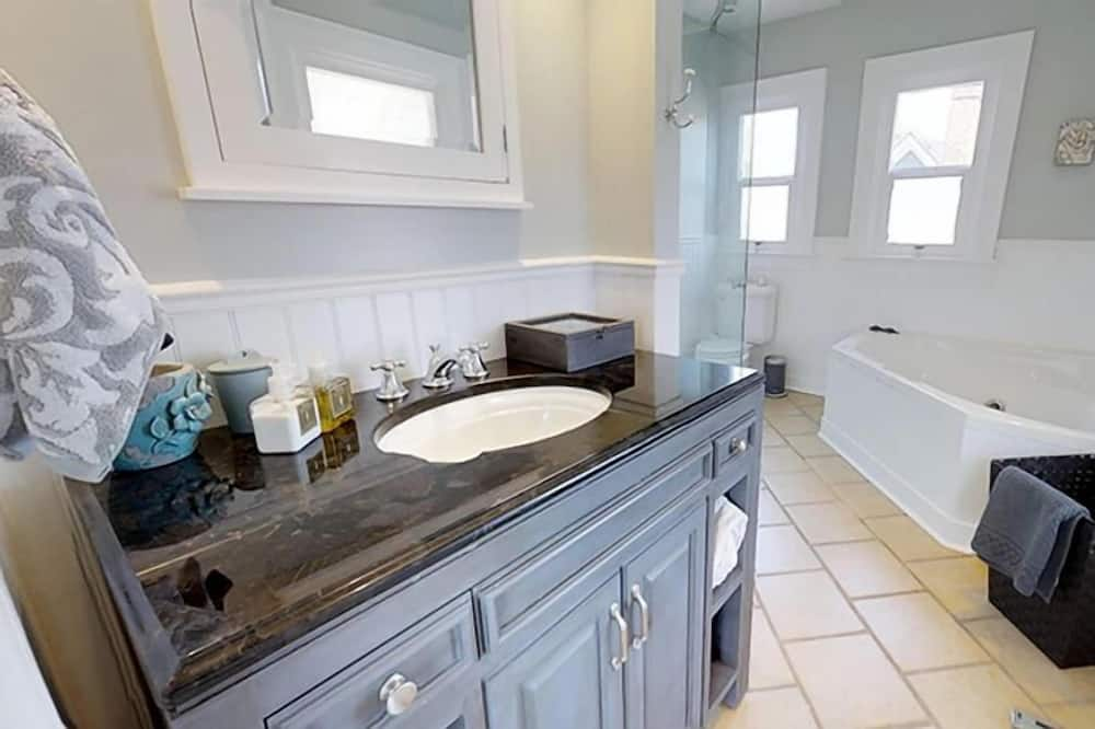 Domek, 4 ložnice, 2 koupelny - Koupelna