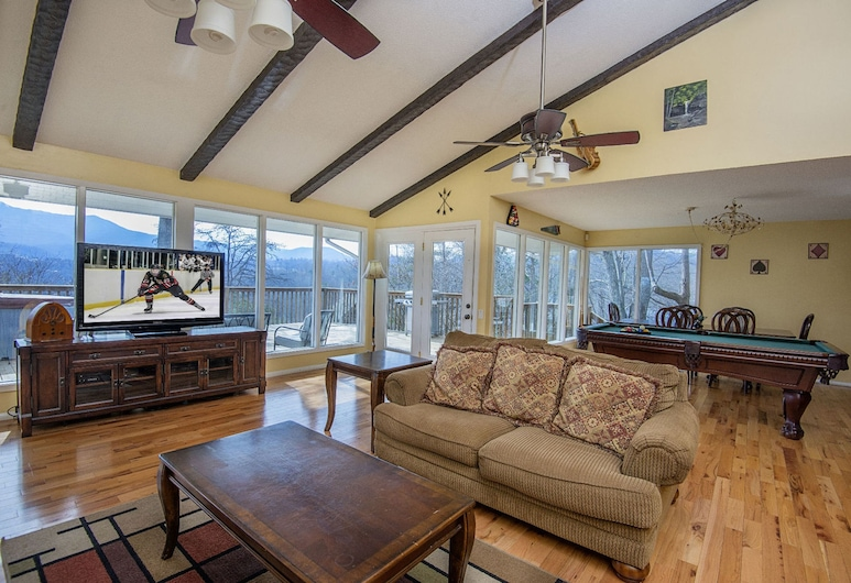 Never-ending View by Heritage Cabin Rentals, Sevierville, Cabin, 3 Bedrooms, Living Room
