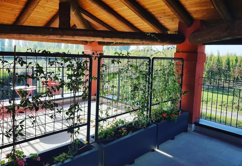 B&B Santa Maria di Lorgana , Minerbio, Osnovna dvokrevetna soba, balkon, pogled na vrt, Terasa/trijem