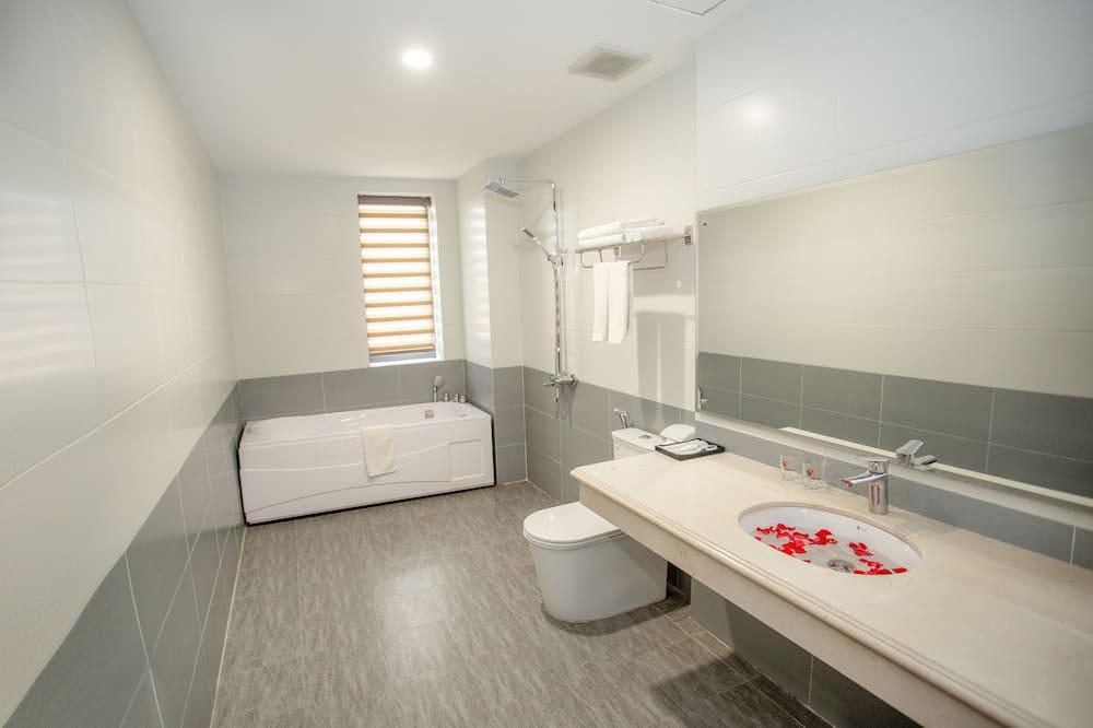 Chambre Familiale avec lits jumeaux, 2 grands lits, baignoire, vue ville (Family) - Salle de bain