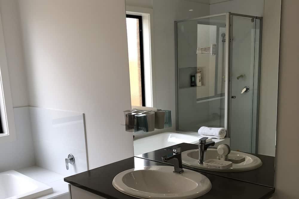 スタンダード ダブルルーム クイーンベッド 1 台 共用バスルーム - バスルーム