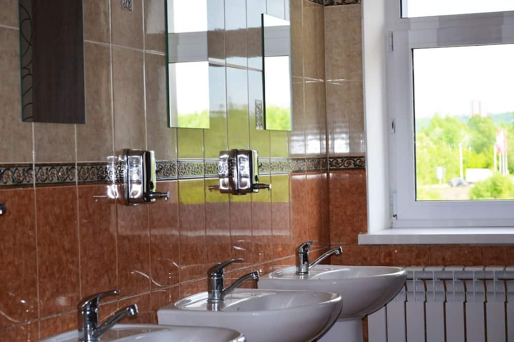 Ühiselamu, ainult meestele (6 beds) - Ühiskasutatav vannituba
