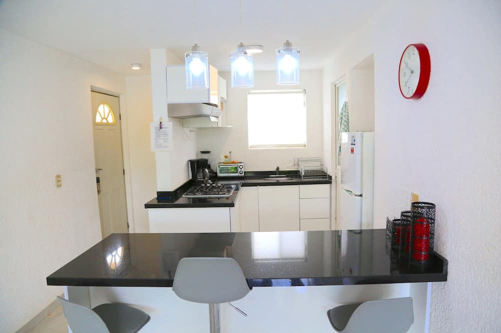 Family Room, Kitchen, Garden View - In-Room Dining