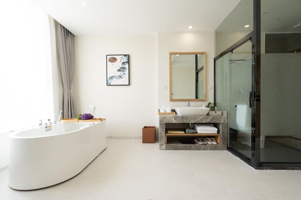 Deluxe Suite, Lake View - Private spa tub