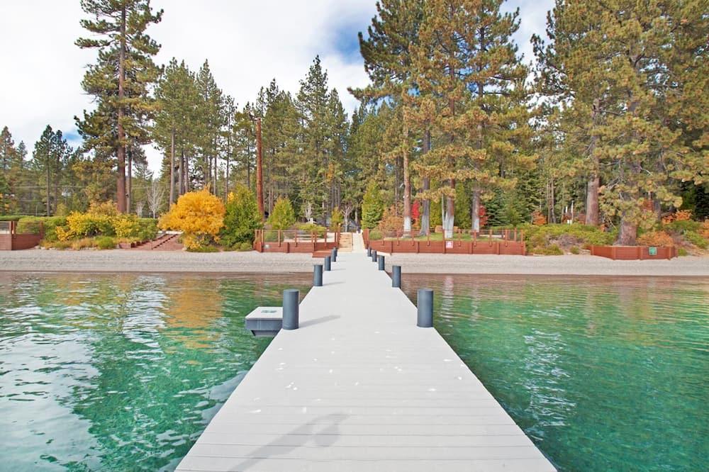Hytte, flere senger (Barking Pine Cabin - private BEACH ac) - Svømmebasseng
