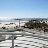 Byt, 1 extra veľké dvojlôžko s rozkladacou sedačkou, súkromný bazén, výhľad na pláž - Balkón