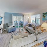 New Listing! Updated W/ Pools, Walk To Waves 2 Bedroom Condo