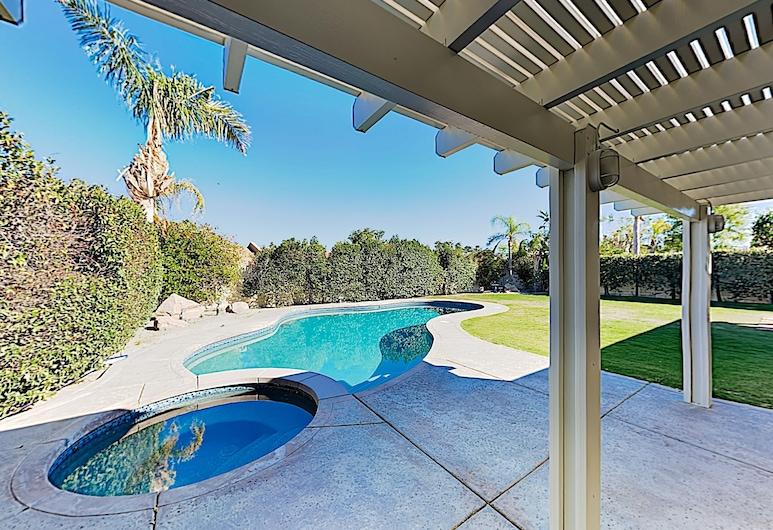 New Listing! Luxe Getaway W/ Heated Pool & Hot Tub 4 Bedroom Home, La Quinta, Talo, 4 makuuhuonetta, Uima-allas