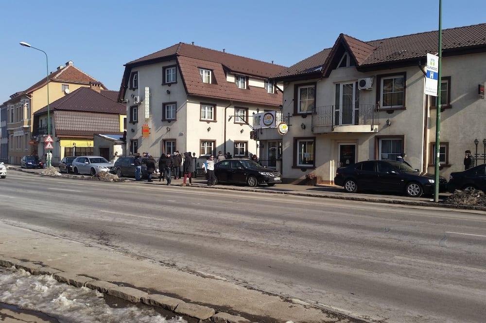 Doppel- oder Zweibettzimmer - Blick auf die Straße