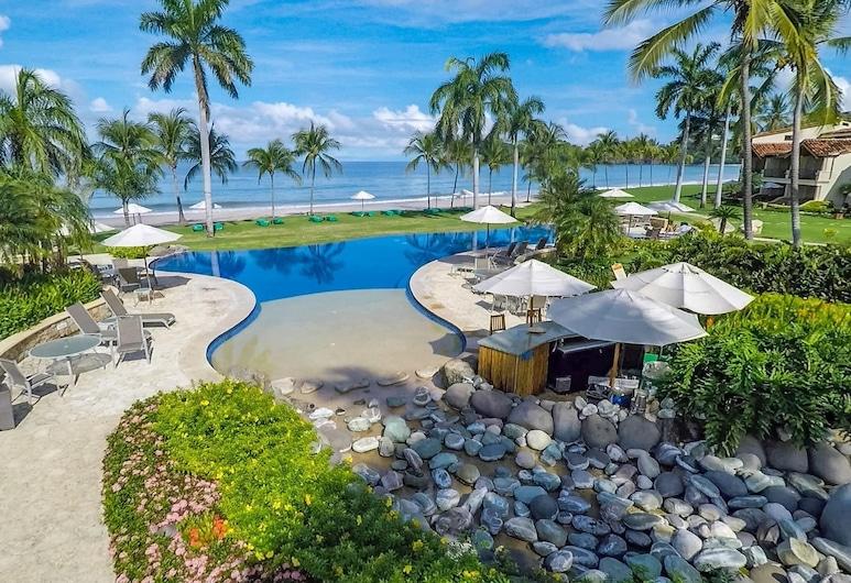 Exquisitely Adorned Luxury Unit Right on Flamingo Beach Sleeps 6, Playa Flamingo, Baseinas