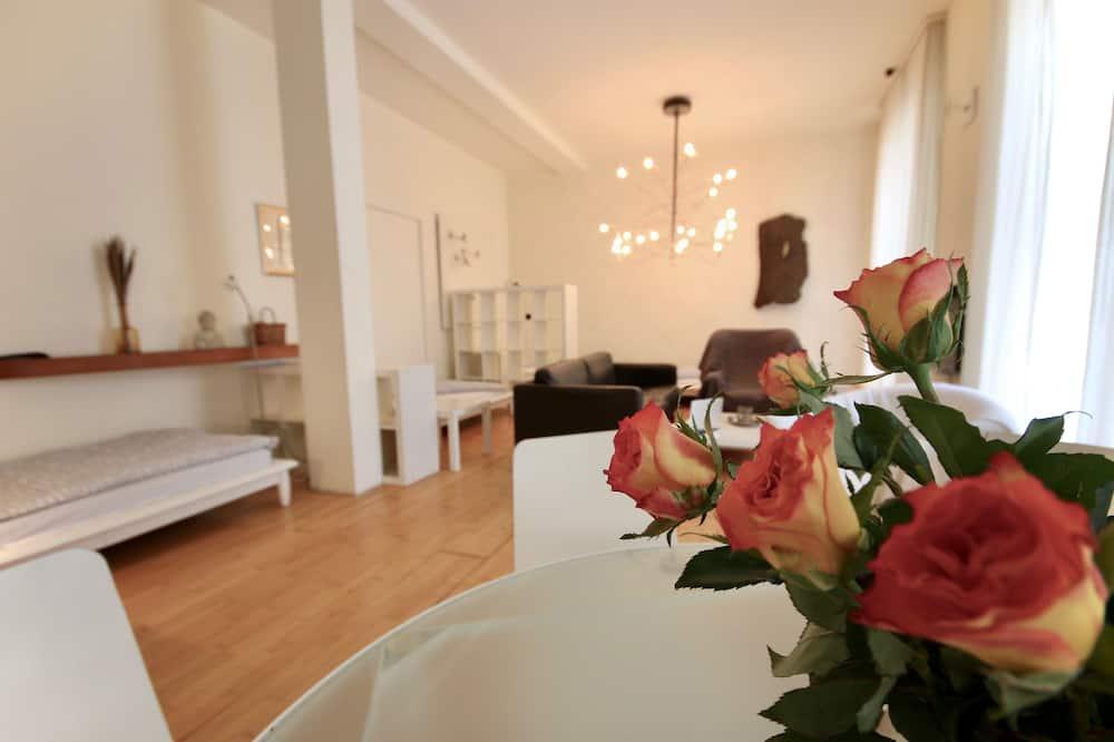 Modern Loft - Spacious Room & High Ceilings - Kitchen & Bath - 客廳