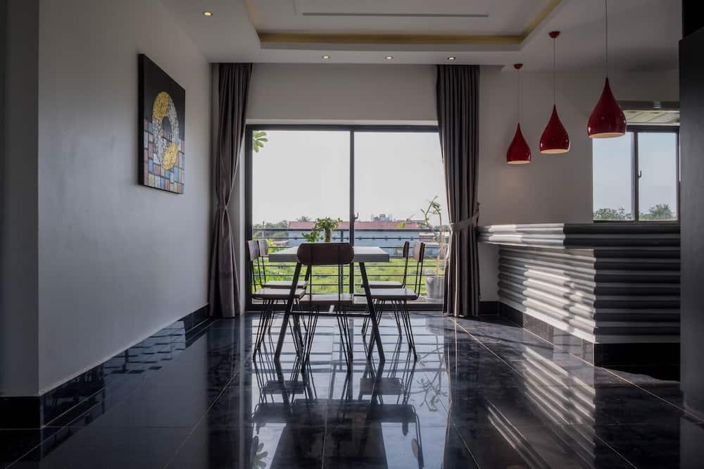סוויטת דה-לוקס, חדר שינה אחד, נוף לגן - אזור אוכל בחדר