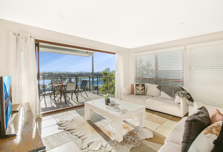 Family House With BBQ Deck, Water View and Parking, Currumbin, Living Room