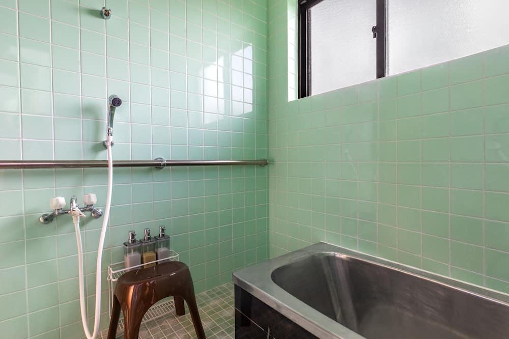 Ferienhaus (Private Vacation Home) - Dusche im Bad