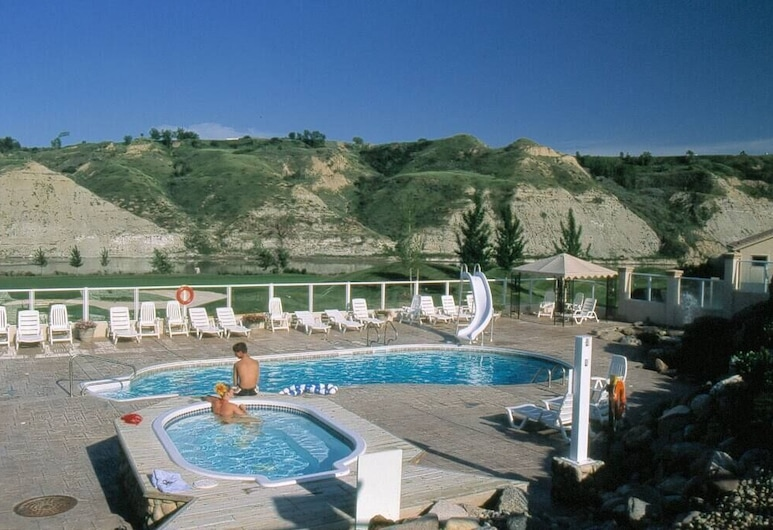 Paradise Canyon Golf Resort, Lethbridge, Signature Villa, 4 Bedrooms, Golf View (380), Pool