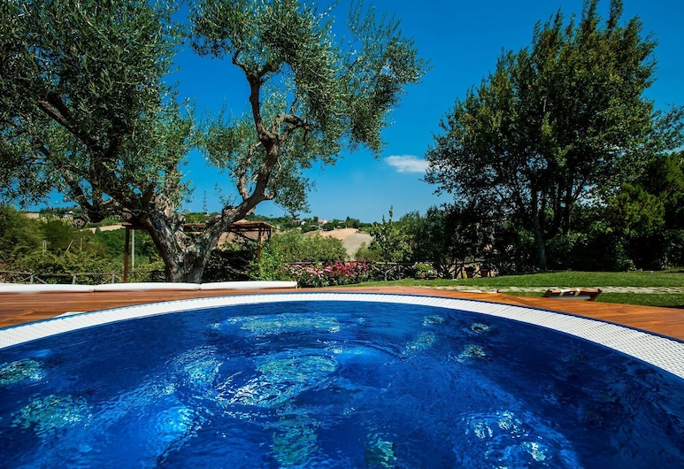 Independent House With Spa Pool, San Costanzo, Alberca