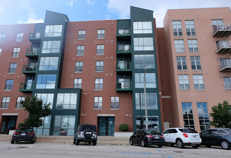 1 and 2 BR Apts near Summerfest w/ Parking by Frontdesk, Milwaukee