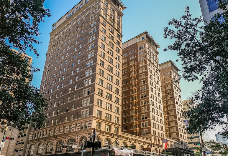 1 and 2 BR Downtown Apts by Frontdesk, Houston