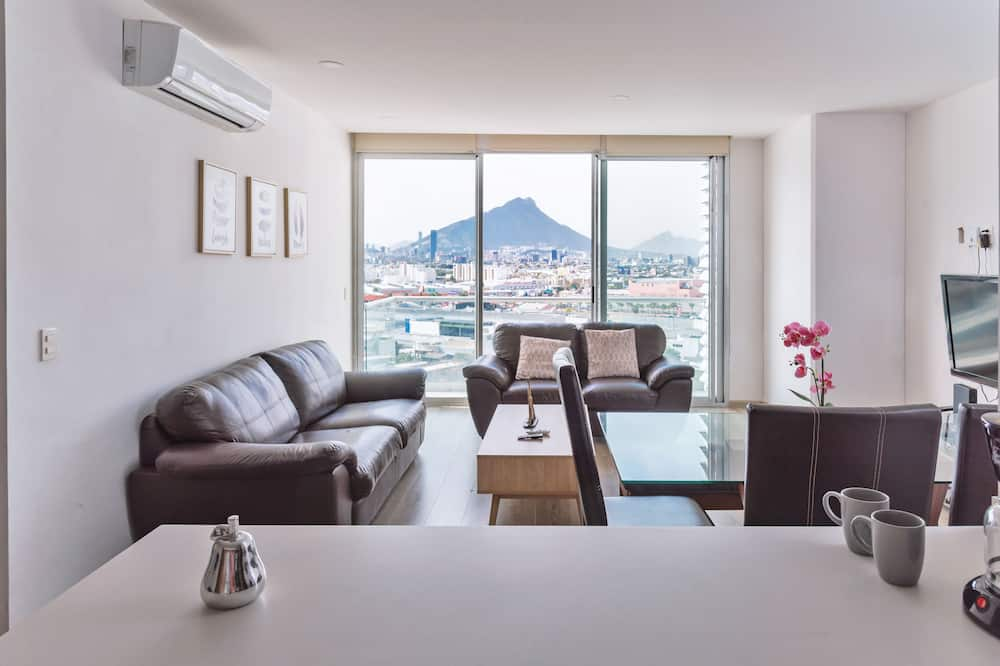 Apartment pool and gym. 6 pers. 1 KSB, 2SB, 1 TwinB, 2BTH by Mty. Living