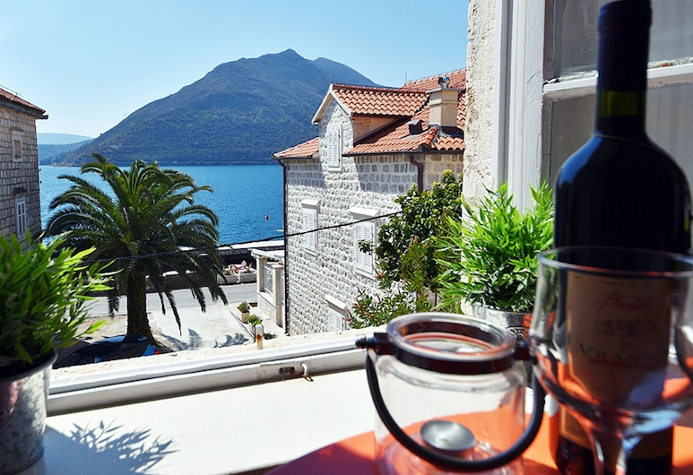 Sea Facing 3 Family Friendly Apartment in Amazing Location With Free Wifi, Perast, Parveke