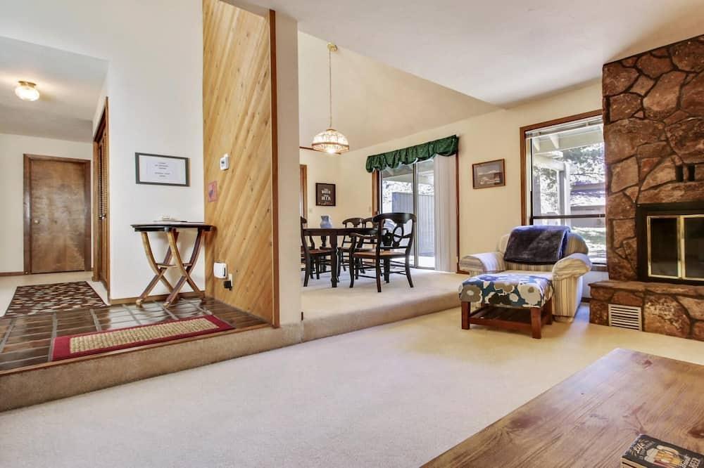 House, Multiple Beds (Blue Goose 6) - Living Room