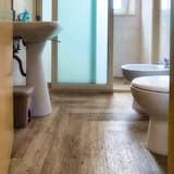 Izba typu Basic s dvojlôžkom alebo oddelenými lôžkami - Kúpeľňa