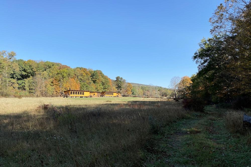 Exclusive kämpingumaja, Voodeid on mitu, asukoht mäeküljel - Vaade aiale