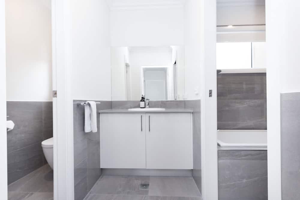 Апартаменты «Премиум», 2 спальни, кухня, вид на внутренний двор - Раковина в ванной комнате