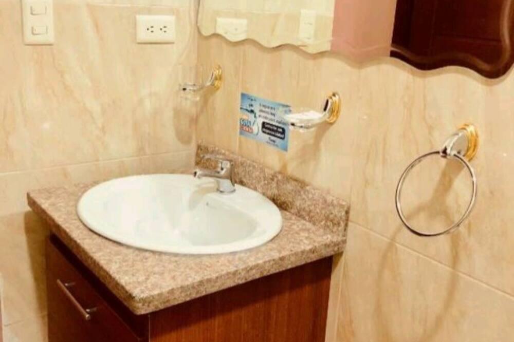 Double Room, 2 Queen Beds - Bathroom Sink