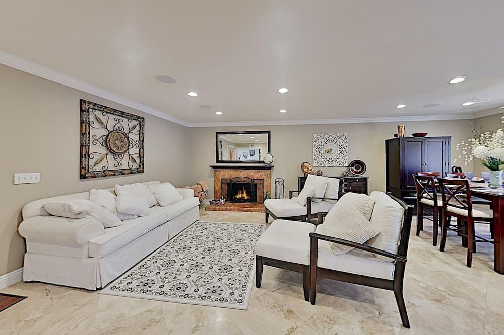 8131indi 2 Bedroom Home, Huntington Beach