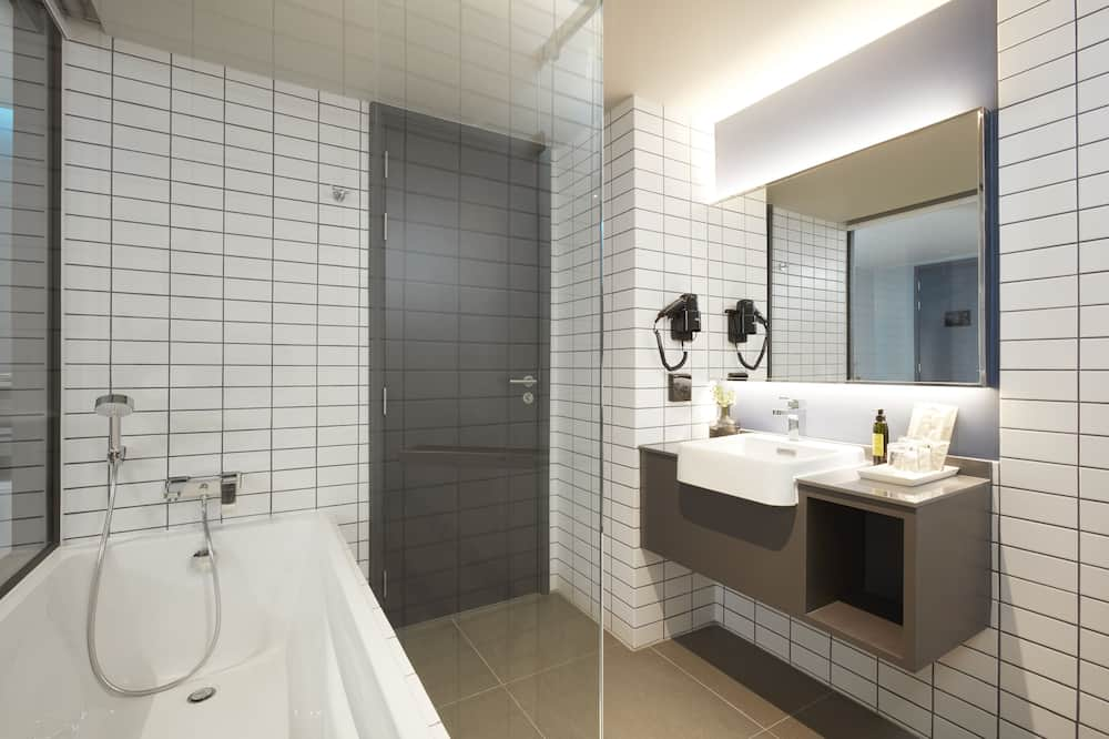 Deluxe Room with Bathtub (2 Adults + 1 Child) - Bathroom