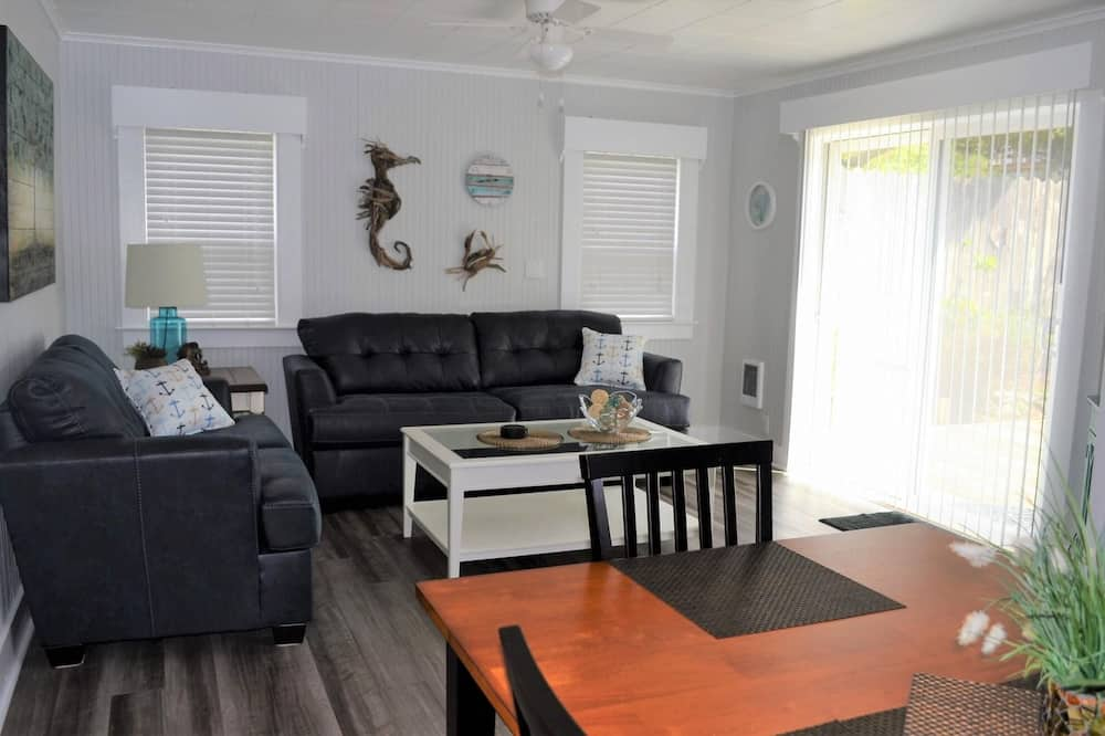 House, Multiple Beds (223 13th Ave) - Living Room