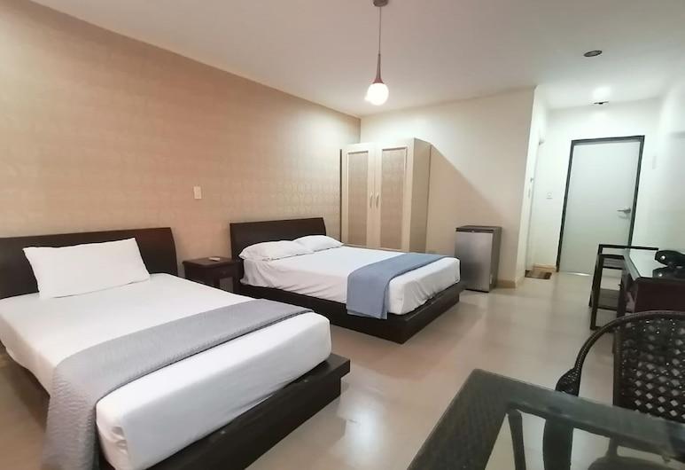 OYO 654 Golden Hotel, Angeles City, Standard Triple Room, Guest Room