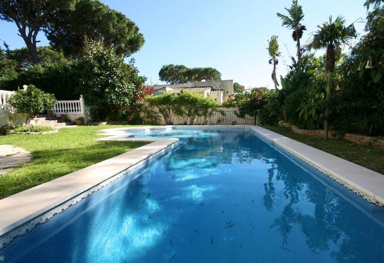 3-bed Villa 10 Mins Walk to the Beach in Calahonda, มิจาส, วิลล่า, หลายเตียง, สระว่ายน้ำ