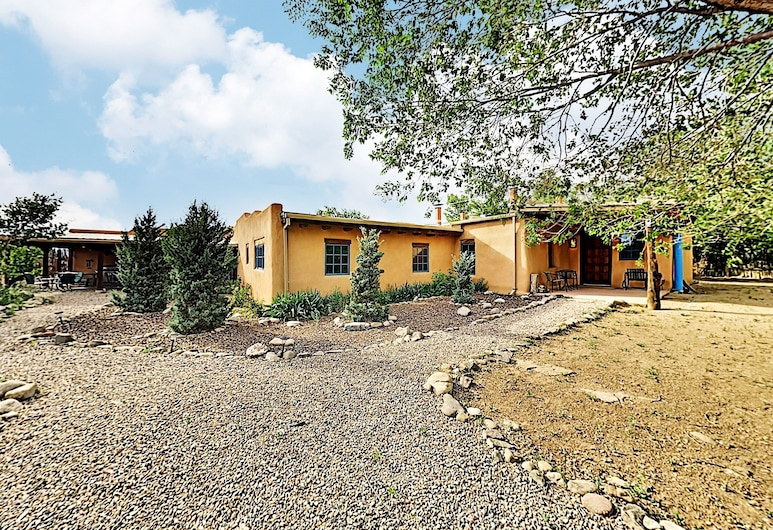 Alfreds Hacienda & Casita W/ Hot Tub & Fireplaces 4 Bedroom Home, Taos