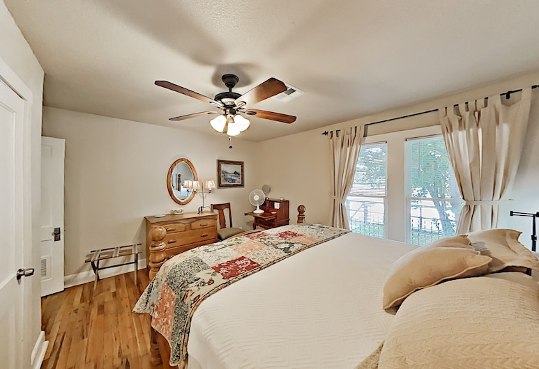 Chic South-central Home With Easy Access to Downtown - 2 Bedroom Home, Austin, House, 2 Bedrooms, Room