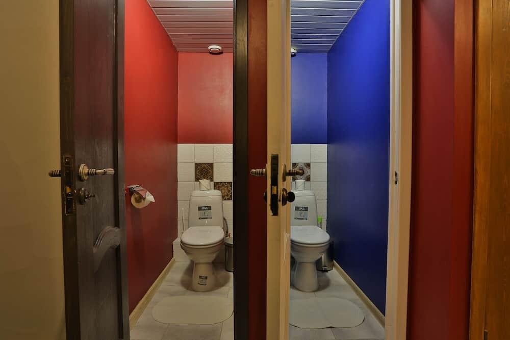 Кровать в женском номере - Ванная комната