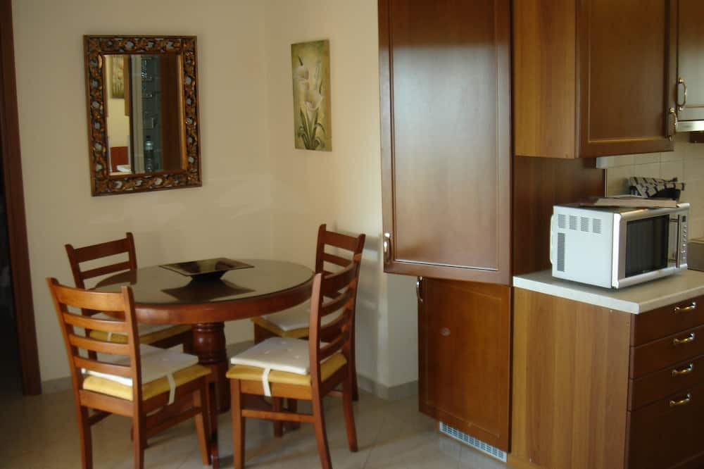Deluxe Apartment, 1 King Bed with Sofa bed, Kitchen, Partial Sea View - Living Area