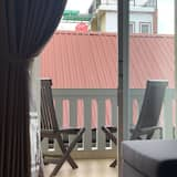 Family Double Room, 1 King Bed, Non Smoking, City View - Living Area