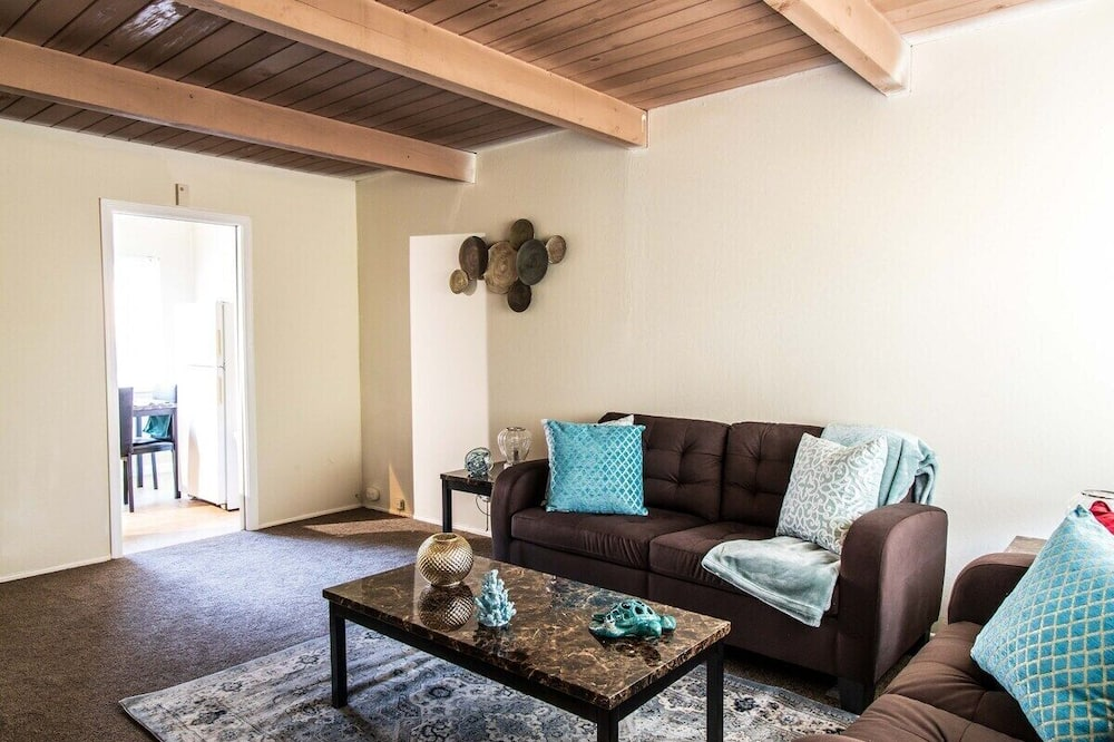 House (Snug Richmond Two Bed) - Living Room