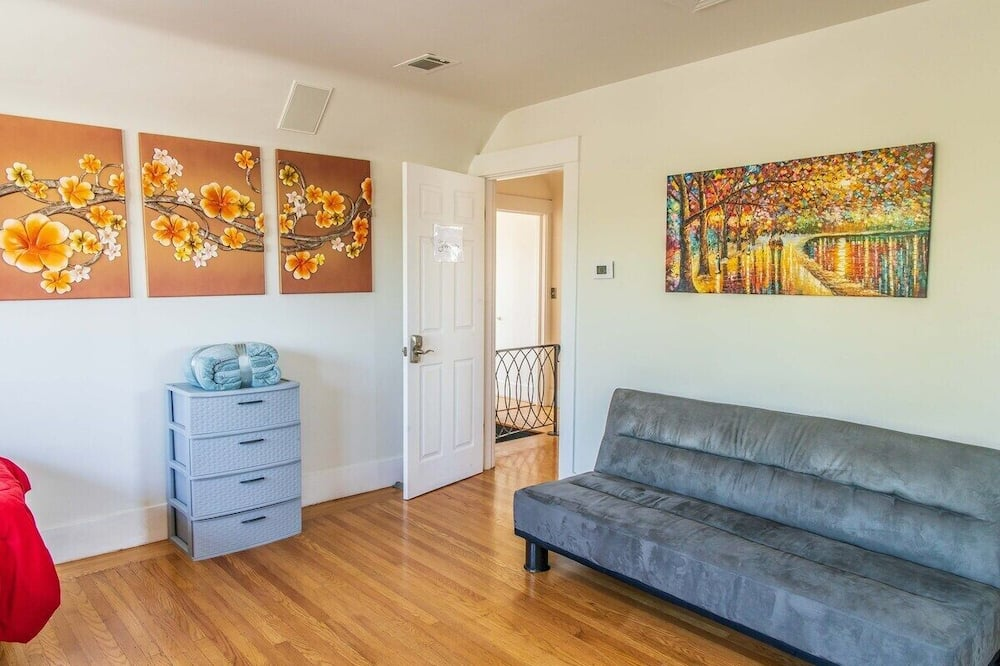 Apartment (Large and Bright 3 Bedroom With Room ) - Living Room