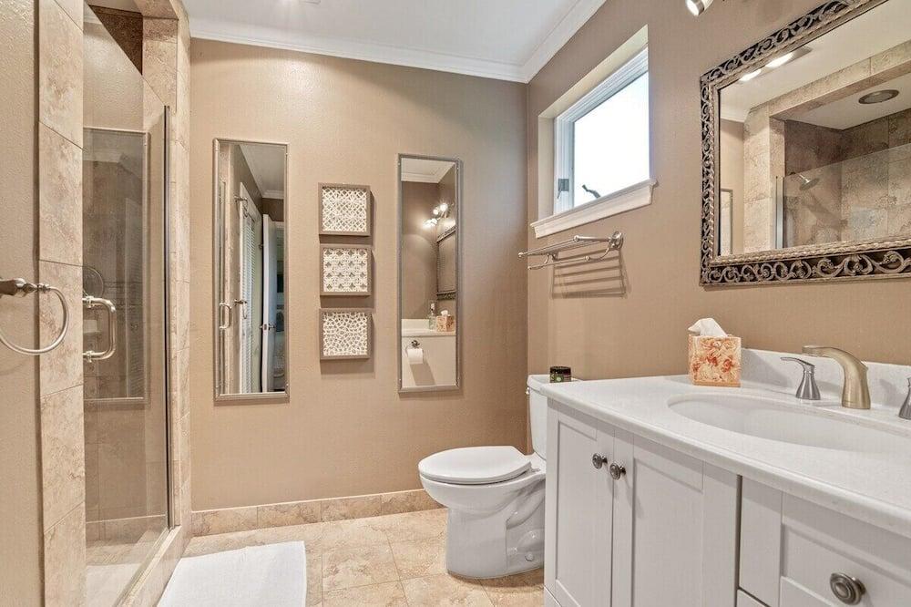 House (Updated 1-bedroom house in Baton Roug) - Bathroom