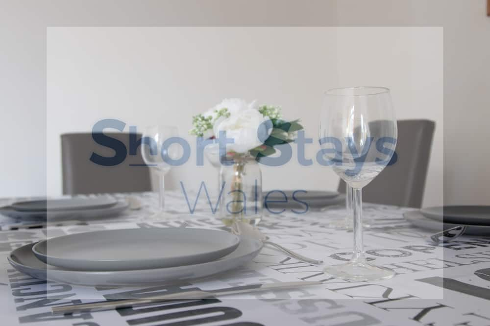 Family House - In-Room Dining