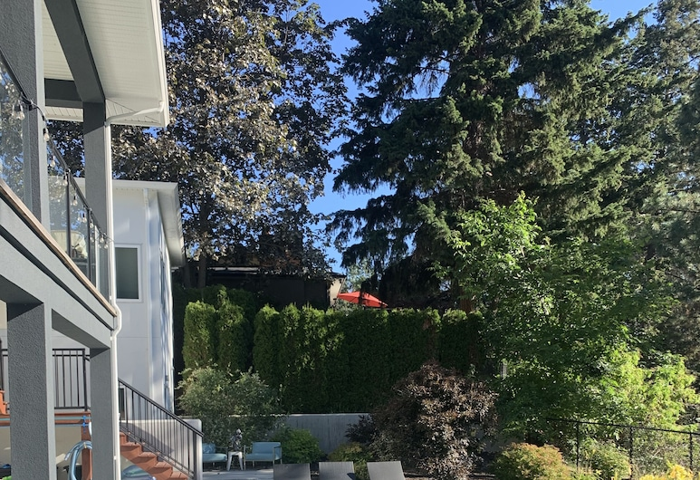 Bedroom With Access to Pool. Breakfast Included!, West Kelowna, Pool