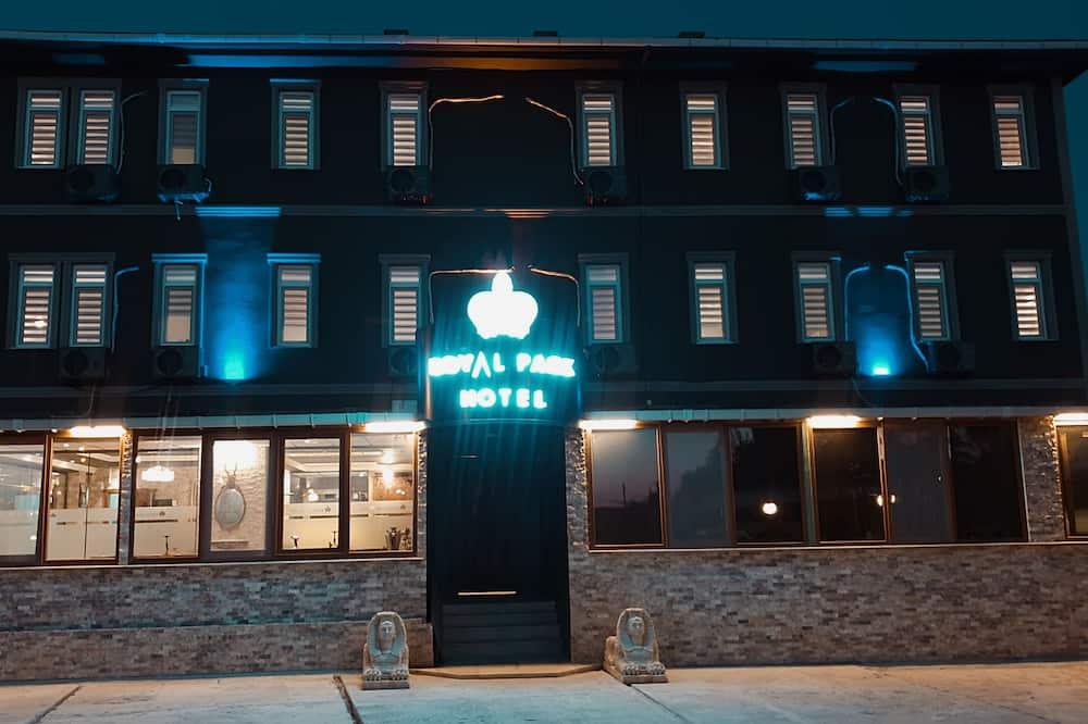 Hótelframhlið - að kvöld-/næturlagi