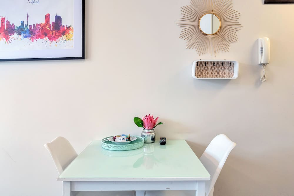 Studio, 1 Queen Bed - In-Room Dining