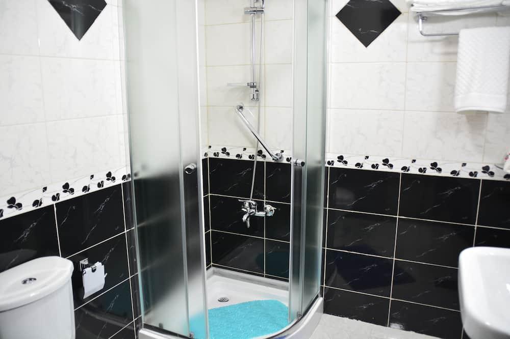 ビジネス ダブルルーム (1 名様利用) - バスルームのシャワー