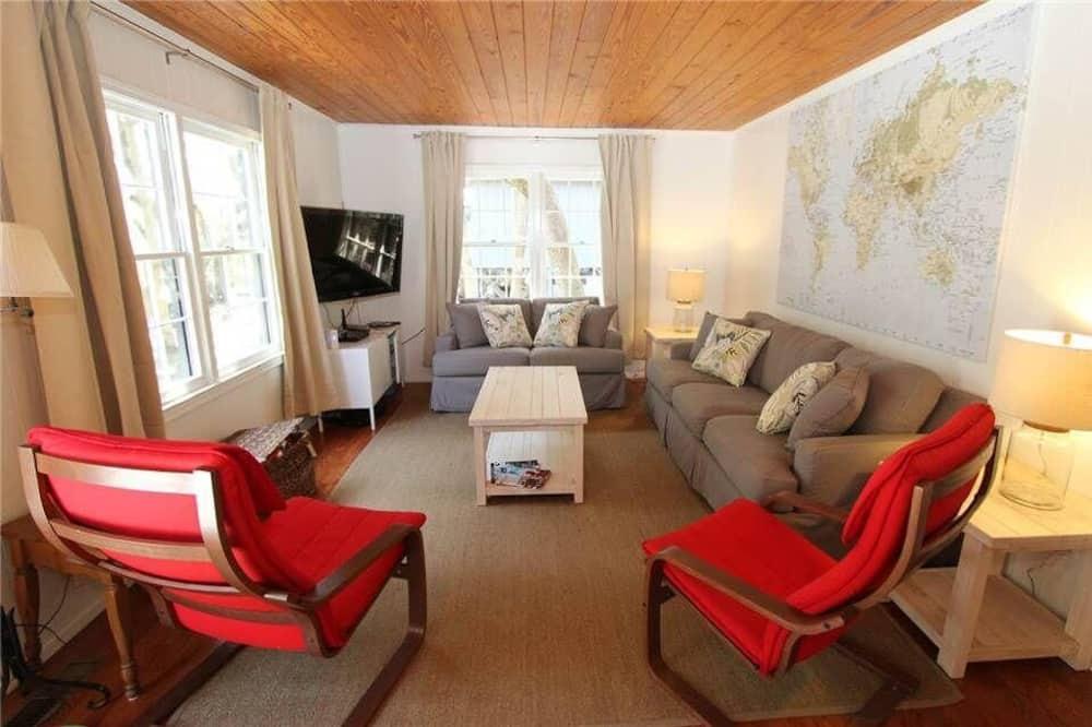 House, Multiple Beds (Ediscape, LLC) - Living Room