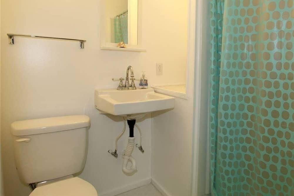 House, Multiple Beds (Ediscape, LLC) - Bathroom