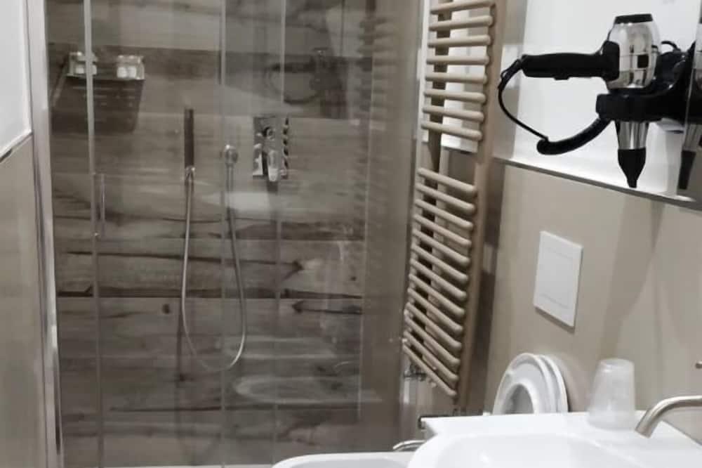 Phòng đôi Economy, Quang cảnh sân vườn (Nèos) - Phòng tắm